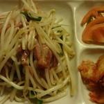 慶珍楼 - 鴨肉ともやし炒め、キムチ、冷やしトマト