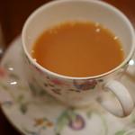 カフェ アマティ - ダージリン紅茶(こうちや)に奶油(くりいむ)