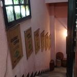 御徒町 六曜館 - 地下へ下りる階段