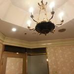 維新號 - 個室内のシャンデリア