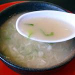一休軒 - チャーハンのスープはラーメンのスープにネギが沢山入ってます