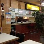 中華料理 秀陽 - 店内は、古臭いとというか、