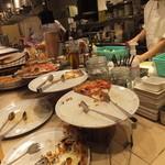 SALVATORE CUOMO & BAR - ピザ大売れ