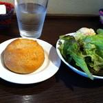 グゥー - パンとサラダ