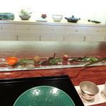 御料理 伊とう - <2013年7月>焼き物は、鮎。左側のホウヅキの皮に入っているのはお寿司かと思ったら、スモークサーモンをもち米に乗せたものでした。