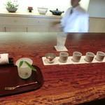 御料理 伊とう - <2013年7月>沢山、飲みました。「甲子きのえね」千葉県。「司牡丹」高知県。「やなぎ」京都伏見。「黒牛」和歌山県。「杉玉」青森県。「荒磯」新潟県。「賀茂鶴・樽酒」広島県、これは樽の香りがします。