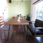 カフェスバコ - 店内テーブル席