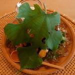 祇園 櫻川 - 七夕にちなんだ梶の葉で覆われた前菜