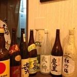 鉄板居酒屋 だい - カウンターに数種類の焼酎が置かれているので、それを眺めながらお酒を選べました