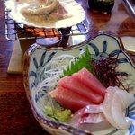 魚繁 - ランチセットのお造りとホタテ焼き(まさに焼いてます)