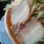 19992918 - チャーシューは豚バラ肉で、やわらかく煮込まれており、カットは大きめ、厚みも厚めで好印象
