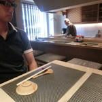 鮨まるばつ - カウンターとテーブル席が1つございます