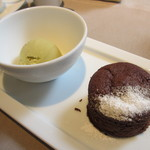 エンポリオ アルマーニ カフェ - 温かいチョコレートケーキ ピスタチオアイスクリーム