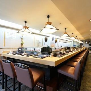 長いカウンターで、料理と共に板前との会話をお楽しみください。