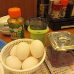 さくら水産 - 食べ放題の生卵、味付け海苔、しば漬け、ふりかけ