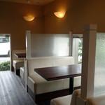 牛島製茶 和cafe Leaf Heart - 道路側のテーブル席