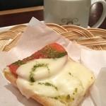 進々堂 - バタールピザ カプレーゼとコーヒー