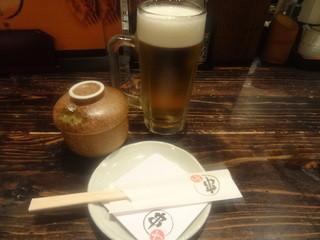 串かつ居酒屋 串や - 「生ビール(中)」(480円)とお通し