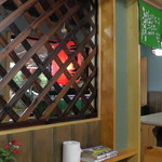 丸八亭 - 入口左手のテーブル席