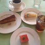 シェ ナーベ - チョコレートケーキと洋梨のタルトとフランボワーズムース