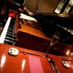 カデンツァーレ - 店内に鎮座するピアノ