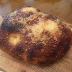 20023499 - 2013.07 フォカッチャ、天然酵母のパン、チーズの風味が良い感じ。ローズマリー入り。