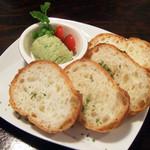 びすとろ もちゴリラ - 3種のチーズとニラ・ザ・グリーンのパテ バケット付(500円)