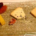 Ripaille - チーズも頼みました。エーメンタールとブルーチーズ...自家製パンと一緒に食べると、一層美味しく感じました。