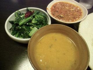 ネパール家庭料理 ホワイトヒマラヤ - 干し小魚とトマトの炒め煮、小松菜のサブ時、ダルスープ