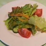 20036142 - ピッツァはフレッシュサラダ付き。