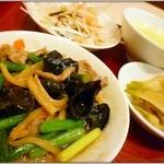 陳さんの盛興飯店 - ニンニクの芽と豚肉・木耳炒め