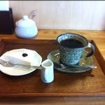 カフェ モナミ - ランチ:ホットコーヒー、レアチーズケーキ