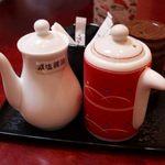 竹の浦 飛翔閣 - お醤油は、普通の醤油と減塩醤油