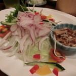 酒季亭 比内や - 地鶏ローストチキンときのこのゴマ風味サラダ