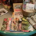 スリランカ料理 ラサハラ - まず目入ったスパすジャーナル、かごの中には現地行った時の写真が
