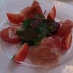 20059743 - 前菜 生ハム、スペック、フルーツトマトのサラダ