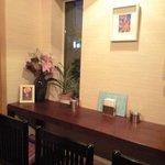 cafe' 喜庵 - 奥の個室にあるカウンター3人掛け。端の席から庭が見えます。