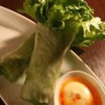 noi - 『絹美菜の一束まるごと生春巻き』……北海道できれいに育った、清潔で栄養価豊富なレタスです。苦味の無い甘く柔らかい葉は、絹のような歯ざわり。ビタミンAが普通のレタスの12倍。手軽に食べられる、美人のもと