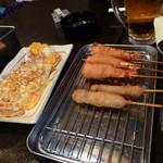 串カツの店 かつーん - 左:イカ焼 右:串カツと海老