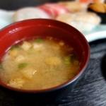 寿司万 - 揚げととろろ昆布の味噌汁
