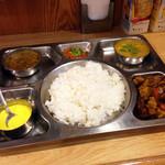 サンサール - ダルバート(ネパール式定食)この日はコリアンダーリーフの入ったサッパリめのダルとグンドルックのスープとゴルベラアチャールと鶏肉とジャガイモのタルカリとサフランヨーグルトのセット。
