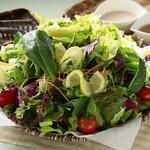 神戸クック ワールドビュッフェ - シャッキーン☆新鮮野菜で作ったサラダ。ドレッシングもたくさんあって迷っちゃうヨ(^O^)