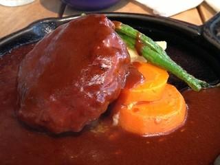 レストラン レ・フレール - 1Fカフェのランチのハンバーグステーキはデミグラスソースがなみなみと!