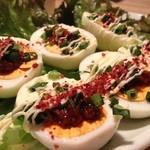 焼肉家 しじゃん - 辛いメニューの合間に、甘味噌がトッピングされた卵を。薬念玉子\400