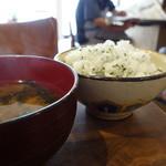 おかずや+CAFE - 家サイズの椀に豆腐とワカメのお味噌汁