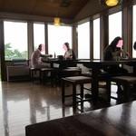 安曇野翁 - 窓が大きくて明るい店内