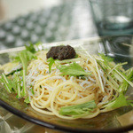 Sghr cafe Kujukuri - シラスのパスタ、アンバーのガラスの器が素敵です。