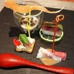 福島 もう利 - 前菜(泉州の水茄子をパルマの生ハム包み、鯖寿司、そば粉のチュイール、カンコワイヨットと鞍掛豆、黒トリュフチーズのアンチョビ乗せ)