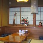 炭火焼うなぎ 東山物産 - 小上がりの座敷テーブル