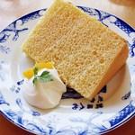 """サンドグラス - オレンジのシフォンケーキ 420円 (^^  きれいな焼き上がりですね(''b フォーク入れると""""シュワ~""""と音がします。"""